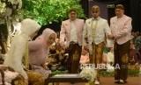 Ketua MPR Zulkifli Hasan (ketiga kanan) dalam acara pernikahan putranya, Jakarta, Ahad (24/9).