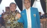 Ketua Umum DPP KNPI, Taufan EN Rotorasiko (kanan) dan Gubernur Jawa Barat Ahmad Heryawan di sela-sela Silatnas DPP KNPI di Bandung yang berahir Selasa (17/2) malam.