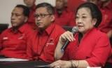 Ketua Umum Partai Demokrasi Indonesia Perjuangan (PDIP) Megawati Soekarnoputri (kanan) didampingi Sekjen PDIP Hasto Kristiyanto (tengah) memberikan keterangan pers seusai melakukan rapat koordinasi menjelang pilkada serentak 2017 di kantor DPP PDIP,