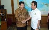 Ketua Umum Partai Persatuan Pembangunan (PPP) versi muktamar PPP Surabaya, Jawa Timur, Romahurmuziy (kanan) disambut oleh Ketua KPU Husni Kamil Manik (kiri) di Gedung KPU, Jakarta, Selasa (27/1). (Republika/Agung Supriyanto)