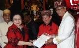 Ketua Umum PDIP Megawati Soekarnoputri (kiri) menyerahkan surat rekomendasi partai kepada pasangan Bacagub-Cawagub Lampung Herman Hasan Nusi (kedua kanan) dan Sutono (kanan) dalam acara penetapan bakal calon gubernur dan wakil gubernur yang diusung PDIP di Jakarta, Kamis (4/1).