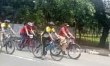 Ketua Umum Prabowo Subianto bersama Presiden PKS Sohibul Iman dan Ketua Majelis Syuro PKS Salim Segaf Aljufri bersepeda bersama dalam rangkaian acara Milad PKS ke 20, Sabtu (21/4).