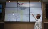 Komisioner KPU Hasyim Asyari memaparkan proses penggunaan sipol di operational room KPU Pusat, Jakarta, Rabu (18/10).