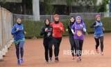 Komunitas Indorunner menggunakan hijab di GOR Sumantri Brodjonegoro, Jakarta, Sabtu (8/10).