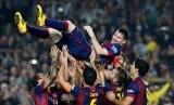 Lionel Messi merayakan rekornya sebagai top skorer sepanjang masa La Liga bersama rekan-rekannya, Ahad (23/11) dini hari WIB.