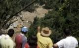 Longsor di Guatemala mengubur rumah sedalam 25 meter.