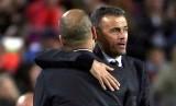 Luis Enrique (kanan) memeluk Pep Guardiola seusai laga Barcelona vs Manchester City.