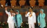 Gubernur dan Wakil Gubernur Jawa Timur terpilih, Soekarwo (kiri) dan Saifullah Yusuf (kedua kanan) didampingi istri melambaikan tangannya usai pelantikan di Gedung DPRD Propinsi Jatim, Surabaya, Jatim, Rabu (12/2).  (Antara/M Risyal Hidayat)
