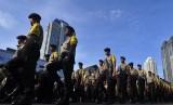 Petugas kepolisian bersiap mengikuti apel pergeseran pasukan Operasi Mantab Brata Jaya 2014 di Mapolda Metro Jaya Jakarta, Senin (7/4).  (Antara/Wahyu Putro)