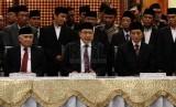 Menteri Agama Lukman Hakim Syaifuddin (tengah), bersama Wamenag Nazaruddin Umar (kanan), dan Ketua MUI Din Syamsuddin saat sidang isbat penentuan 1 Syawal 1435 H di Kementerian Agama, Jakarta, Ahad (27/7).(Republika/ Yasin Habibi)