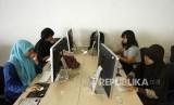 Mahasiswa belajar di kampus.