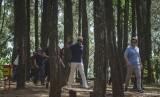 Mantan Presiden Amerika Serikat Barack Obama (tengah) mengunjungi obyek wisata alam Pucak Becici di Dlingo, Bantul, DI Yogyakarta, Kamis (29/6).