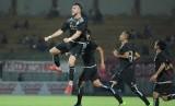 Marko Simic (kiri) seusai mencetak gol untuk Persija saat melawan Madura United pada Suramadu Super Cup 2018, Senin (8/1).
