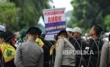 Massa dari berbagai ormas Islam melakukan aksi saat sidang kasus penistaan Agama dengan terdakwa Basuki Tjahaja Purnama atau Ahok yang berlangsung di Auditorium Kementan, Jakarta, Selasa (7/2).