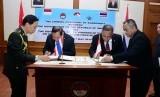 Menhan Ryamizard Ryacudu menandatangani MoU dengan Menhan Thailand Jenderal Prawit Wongsuwon.