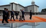 US Secretary of State John F Kerry (second left) visits the Grand Mosque Istiqlal in Jakarta. (File)