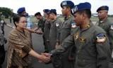 Menlu Retno Marsudi menyalami personel Tim Kemanusiaan dan Evakuasi Gempa Nepal di Lanud Halim Perdanakusuma, Jakarta, Rabu (29/4).