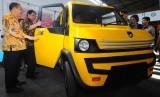 Menperin Airlangga Hartarto (kedua kiri) bersama Presiden Institut Otomotif Indonesia (IOI) I Made Dana Tangkas (kiri) melihat hasil purwarupa mobil pedesaan Mahesa di Mlese, Ceper, Klaten, Jawa Tengah, Jumat (3/11).