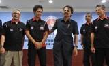 Menpora Roy Suryo (ketiga kanan) saat menerima pebalap muda Indonesia Ali Adriansyah (kedua kiri) beserta tim manajemen di Kemenpora, Jakarta, Senin (18/3).