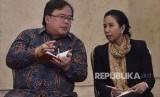 Menteri BUMN Rini Soemarno (kanan) berbincang dengan Menteri PPN / Kepala Bappenas Bambang Brodjonegoro (kiri) sebelum mengikuti Sidang Kabinet Paripurna di Istana Negara, Jakarta, Senin (5/3).