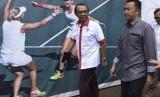 Sekretaris Kemenpora Gatot S Dewa Broto (kiri) berjalan bersama Menpora Imam Nahrawi saat meninjau perkembangan renovasi venue Asian Games di Kompleks Gelora Bung Karno beberapa waktu lalu.