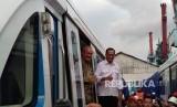 Menteri Perhubungan Budi Karya Sumadi dan Gubernur Sumatra Utara Alex Noerdin meninjau dan meresmikan penerimaan light rail transit(LRT) Palembang di Pelabuhan Boom Baru, Jumat (20/4).