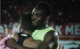 Michael Essien (kanan) memeluk Yabes Roni.