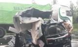 Mobil kijang Innova B 1170 GKJ yang ditumpangi rombongan istri Bupati Pidie mengalami kecelakaan di Jalan Tol Cipali, Jumat (8/12)