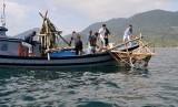 Nelayan melepaskan rumpon di peraian Ujung Pancu, Aceh Besar, Aceh (Ilustrasi)