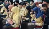 Para kafilah dari Jawa Barat berdoa pada pada Pelepasan Kafilah MTQ Jabar di Gedung Sate, Kota Bandung. (Republika/Edi Yusuf)