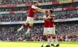 Para pemain Arsenal merayakan gol ke gawang West Ham United.
