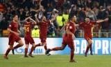Para pemain AS Roma merayakan gol Kostas Manolas ke gawang Barcelona yang mengantarkan i Lupi lolos ke semifinal Liga Champions.