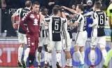 Para pemain Juventus memberikan selamat kepada Mario Mandzukic yang membobol gawang Torino untuk mengantar Juventus lolos ke semifinal Coppa Italia, Kamis (4/1) dini hari WIB. Juventus mengalahkan rival sekotanya, Torino, 2-0 pada laga perempat final.
