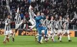 Para pemain Juventus merayakan keberhasilan lolos ke semifinal Coppa Italia, Kamis (4/1) dini hari WIB. Juventus mengalahkan rival sekotanya, Torino, 2-0 pada laga perempat final.