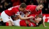 Para pemain Manchester United merayakan gol Wayne Rooney ke gawang Liverpool, Ahad (14/12).