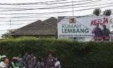 Para relawan Ahok-Djarot berkumpul di depan Rumah Lembang, Jakarta, Jumat (2/12).