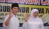 Pasangan bakal calon Gubernur-Wakil Gubernur Jawa Timur Khofifah Indar Parawansa (kanan)-Emil Elestianto Dardak (kedua kanan) melambaikan tangan kepada pendukungnya saat mendaftar sebagai Cagub-Cawagub Jawa Timur di kantor KPU Jawa Timur, Surabaya, Jawa Timur, Rabu (10/1).