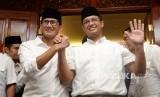 Pasangan Cagub Cawagub DKI Jakarta Anies Baswedan dan Sandiaga Uno memberikan salam Oke Oce