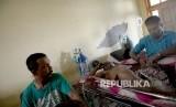 Pasien korban gempa baru tiba di RSUD Meureudu, Pidie Jaya, NAD, Kamis (8/12).