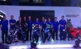 Pembalap MotoGP tim Suzuki Ecstar, Andrea Iannone dan Alex Rins menjadi saksi peluncuran Suzuki GSX R 150 dan GSX S 150 di Jakarta, Sabtu (17/2).