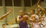 Pebola basket Dell Aspac Jakarta (putih) dalam pertandingan seri ke-IV National Basketball League (NBL) di Sritex Arena, Solo, Jawa Tengah. (ilustrasi)