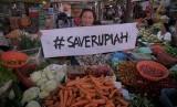 Pedagang membawa spanduk bertuliskan Save Rupiah di Pasar Gede, Solo, Jawa Tengah, Kamis (12/3).  (Antara/Yusuf Nugroho)