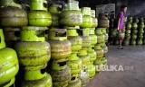 Pekerja membawa tabung gas elpiji tiga kilogram atau gas melon. (ilustrasi)