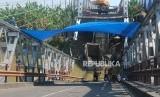 Pekerja membongkar jembatan Widang yang ambruk di Kecamatan Widang, Tuban, Jawa Timur,, Jumat (20/4).