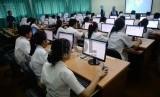 Pelajar mengikuti ujian nasional berbasis komputer.  (ilustrasi)