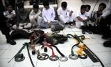 Pelajar yang hendak tawuran ditahan petugas kepolisian beserta barang bukti. (Ilustrasi)