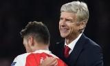 Pelatih Arsenal, Arsene Wenger (kanan) dan gelandang, Mesut Oezil.
