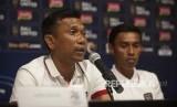 Pelatih Bali United Widodo C Putro (kiri).