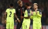 Pelatih Liverpool, Juergen Klopp (tengah) menyalami pemainnya seusai laga Liga Primer lawan Crystal Palace di Selhurst Park, Sabtu (29/10). Liverpool menang 4-2 pada laga ini.