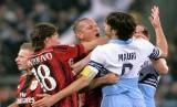 Pemain AC Milan, Philippe Mexes (tengah), terlibat adu mulut dengan pemain Lazio, Stefano Mauri (kanan), dalam laga Serie A Italia di Stadion Olimpico, Roma, Sabtu (24/1).